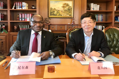 FIDIC chief executive Nelson Ogunshakin (left) and Fan Xingguo, vice-president of China Machine Press, signing the translation and publishing licence agreement.
